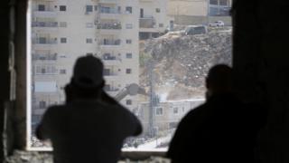 جندي إسرائيلي يراقب عمليات الهدم