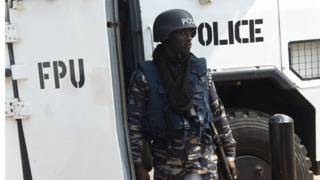 Policeman dey ground for Ghana plus eim weapon as ei make ready for action