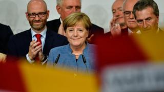 독일 총리이자 독일 기민련(CDU) 당수 앙겔라 메르켈(중앙)이 선거 결과를 보고 있다