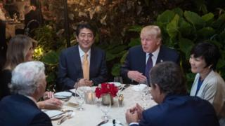 Nəzarətçilərin gigiyenik olmadığını müəyyən etdiyi obyektdə Donald Trump Yaponiyanın baş naziri Sinzo Abe ilə yemək yeyib