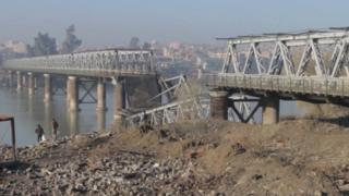 Screengrab of video published by IS' self-styled news agency, Amaq, showing collapsed section of Old Bridge in Mosul (27 December 2016)