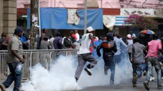 Supporters of Kenya's President Uhuru Kenyatta are dispersed along a street in Nairobi, Kenya 11/10/2017