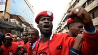 Abajejwe umutekano barahagaritse Bobi Wine bamena idirisha ry'imodoka imbere y'ukuyitera vya vyuka bikoroza amosozi bamukwegera hanze.