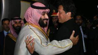 Pakistan Başbakanı İmran Khan, Muhammed Bin Salman'ı askeri havalimanında karşıladı.