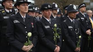Des policiers anglais sur le pont de Westminster rendant hommage aux victimes de l'attaque du 22 mars dernier