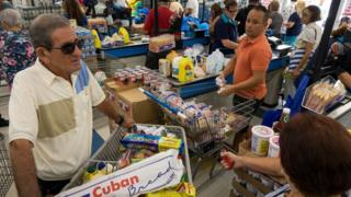 Fila en un supermercado de Miami