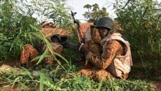 Des soldats burkinabé en 2015 près du quartier général du régiment de la sécurité présidentielle en 2015 (illustration)