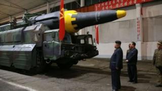 ทางการเกาหลีเหนือเผยแพร่ภาพนายคิม จอง อึน ผู้นำสูงสุดขณะตรวจสอบขีปนาวุธ