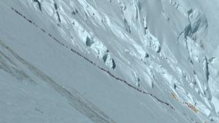 珠峰攀登者排隊等候衝頂