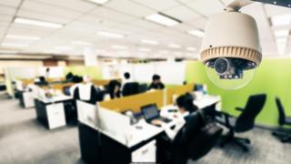 一些公司使用攝像頭和藍牙紅外傳感器來檢測辦公室某個角落裏有多少人在工作,包括他們怎麼走動。