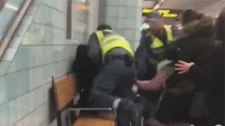 metroda sürüklenen kadın