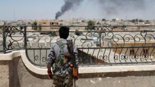 «Сириянын демократиялык күчтөрү», күрд бөлүктөрү жана араб оппозициялык топтору шаарды толук бошотуу үчүн чабуулга өттү.