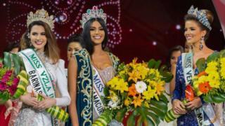 ملكة جمال فنزويلا السابقة مع وصيفتيها