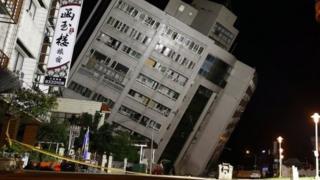 傾いたホテルの建物(6日、台湾・花蓮)