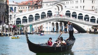 Venedik'te yaya trafiğinin çok yoğun olduğu Rialto Köprüsü