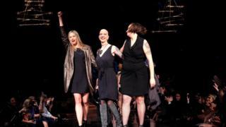 Актриса Мира Сорвино, основательница благотворительного фонда Cancerland Шампейн Джой и дизайнер Дана Донофри на подиуме во время Недели моды в Нью-Йорке