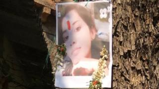 సంధ్యారాణి ఫోటోకు పూల మాల వేసిన చిత్రం
