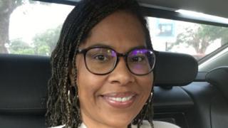 Nathalie Yamb en route pour répondre à la convocation de la préfecture de police