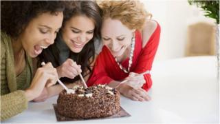 şokoladlı tort yeyən üç qadın