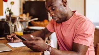 """""""Cheers"""" là một lời chào cuối email chấp nhận được ở Anh, nhưng nó có thể gây bối rối cho những người chỉ biết nó được dùng để nói khi cụng ly trong quán."""