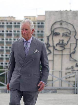 """Prince Charles stands near an image of Ernesto """"Che"""" Guevara"""