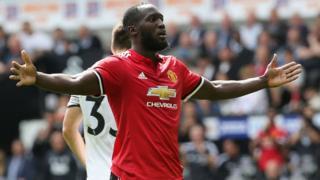 Romelu Lukaku plane provisoirement au sommet du classement des butteurs de Premier League.