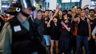 香港九龍油麻地路人叫罵馬路上之防暴警察(17/8/2019)