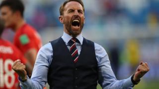 Саутгейт в жилетке и галстуке радостно кричит после победы Англии над Швецией