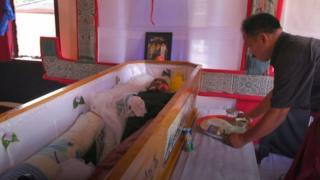 В округе Тана-Тораджа на острове Сулавеси в Индонезии живут тораджи, и мертвые здесь делят жилище с живыми уже многие столетия.