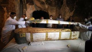 La sépulture contient deux momies en parfait état, conservées dans des cercueils.