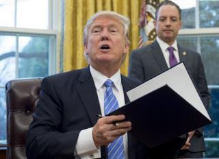 El nuevo presidente de EE.UU., Donald Trump, el lunes 24 de enero de 2017, tras firmar la orden ejecutiva que prohíbe la concesión de ayuda estadounidense a organizaciones no gubernamentales y proveedores sanitarios en el extranjero que asesoran sobre el aborto como una opción de planificación familiar.
