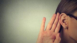 Mujer tratando de escuchar