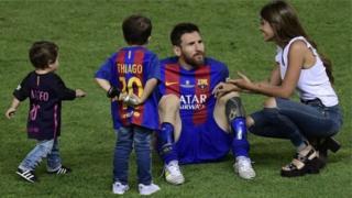 Lionel Messi yasanzwe mu kibuga na Antonella Roccuzzo n'abana babo babiri b'abahungu