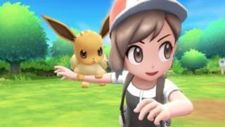 Eevee sobre el hombro de un entrenador de Pokémon