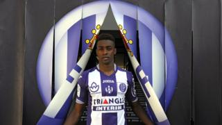 Brazilian midfielder Wergiton Do Rosario Calmon, known as Somalia, poses during his official presentation at the municipal stadium in Toulouse, 11 August 2015