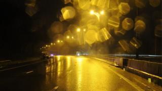 2015年12月25日,圣诞节傍晚,英国威尔士四号高速公路上发生一起恶性交通事故。