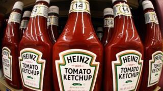 Botellas de ketchup en un supermercado