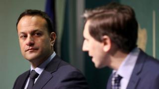 アイルランドのリオ・バラッカー首相(左)とサイモン・ハリス保健相が中絶禁止について国民投票を実施すると発表した