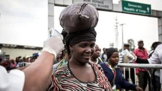 Ingamba zo kugerageza guhagarika iyi ndwara ya Ebola zirimo no gupima abantu binjira mu bihugu byo mu karere bavuye muri Kongo