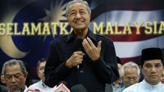 Former Malaysian prime minister Mahathir Mohamad (C) speaks during a press conference with members of the opposition party in Kuala Lumpur on March 4, 2016.