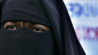 Yüzü peçeli bir kadın