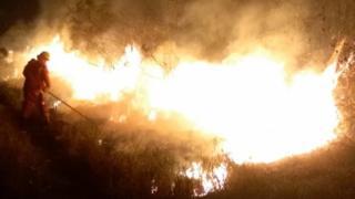 Bombero frente al incendio