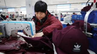 央电视台在北京时间周一晚上7时《新闻联播》栏目中播报,中国已做好全面应对贸易战的准备。