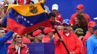 Maduro con una bandera de Venezuela