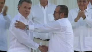 Kolombiya Cumhurbaşkanı Santos ve FARC lideri Timoşenko, imzanın ardıdan el sıkıştı.