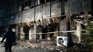 案發現場足浴店火勢撲滅後呈現一片焦黑。