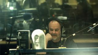 John Peel yn y stiwdio yn 1999