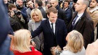 馬克龍夫婦在勒圖凱—巴黎—普拉日一處投票站外與支持者聊天(23/4/2017)