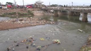 Di 2015 flooding wey happen for Accra drag plenty dirty inside canal.