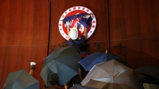 На місце емблеми повісили прапор колоніального Гонконгу